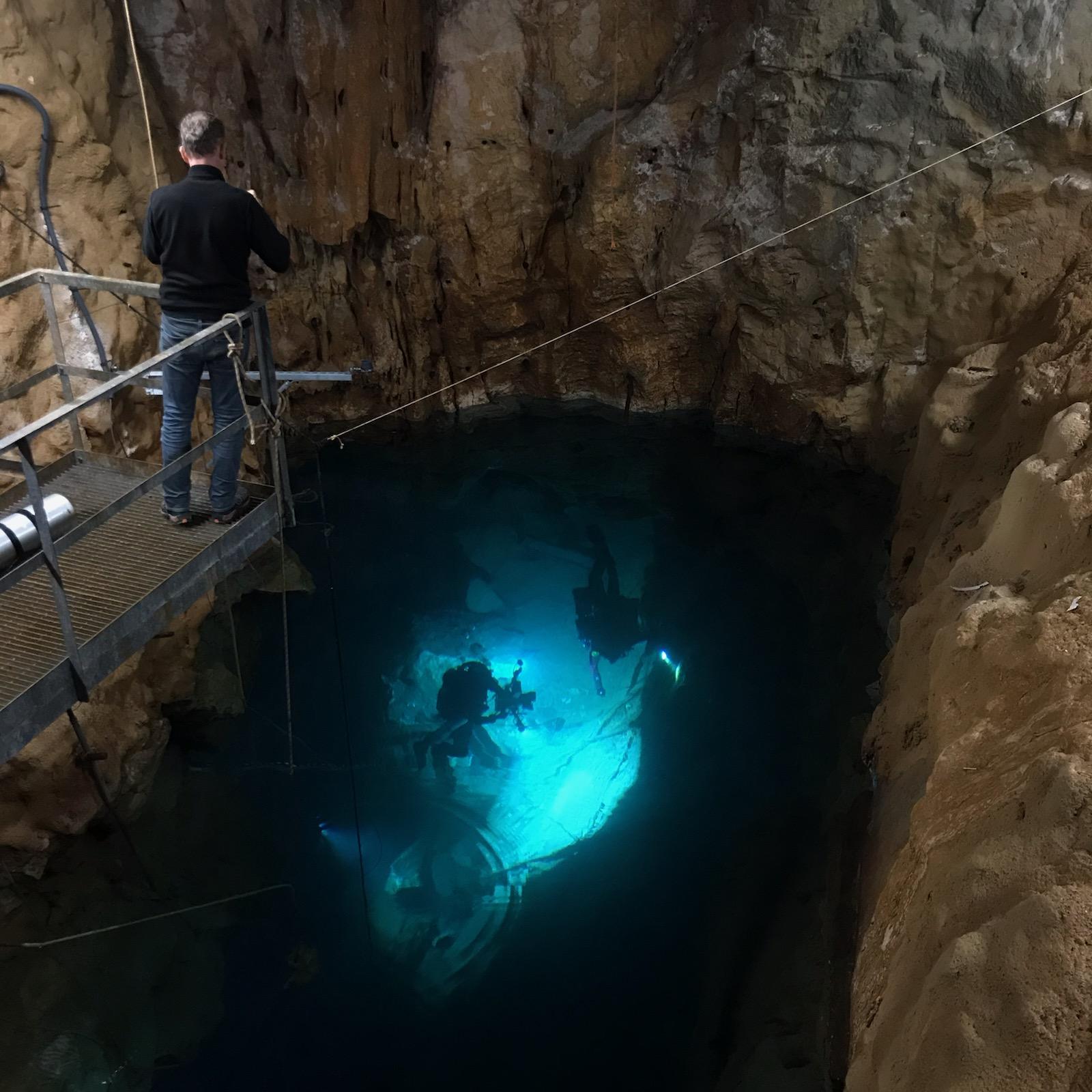 Un pozo proporciona acceso directo al acuífero, 530 m aguas arriba de su resurgimiento marino.  Es un acceso privilegiado para los buceadores.  Aquí durante el rodaje de France Terre Sauvage: Les Eaux Vives, que aparecerá en France 3.